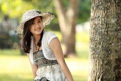 Sorriso asiático bonito novo da mulher imagem de stock royalty free