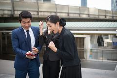 Sorriso asiático do homem de negócios e da mulher de negócios e alegre para bem sucedido na missão foto de stock