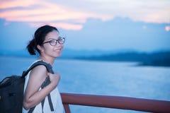 Sorriso asiático feliz da mulher dos vidros do viajante foto de stock royalty free