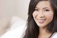 Sorriso asiático oriental chinês bonito da mulher Foto de Stock