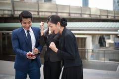 Sorriso asiatico della donna di affari e dell'uomo d'affari e allegro per riuscito nella missione fotografia stock