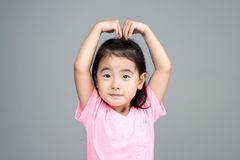 Sorriso asiatico felice della ragazza sul suo fronte Fotografia Stock