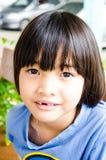 Sorriso asiatico sveglio della ragazza immagini stock libere da diritti