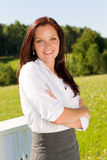 Sorriso atrativo da natureza ensolarada nova da mulher de negócios fotos de stock