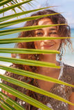 Sorriso attraente della donna sulla spiaggia Fotografie Stock Libere da Diritti