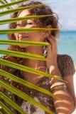 Sorriso attraente della donna sulla spiaggia Immagini Stock