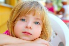 Sorriso biondo del ritratto della ragazza del fronte del primo piano piccolo fotografia stock libera da diritti