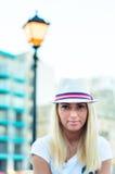 Sorriso biondo della donna con il cappello Fotografia Stock Libera da Diritti