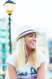 Sorriso biondo della donna con il cappello Fotografia Stock