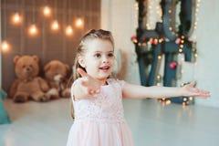 Sorriso bonito 5 anos de menina idosa da criança que comemora o aniversário Fotos de Stock