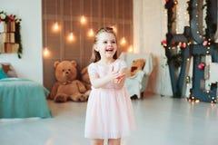 Sorriso bonito 5 anos de menina idosa da criança que comemora o aniversário Foto de Stock Royalty Free