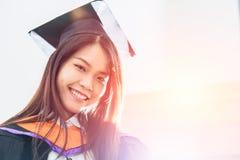 Sorriso bonito asiático da graduação do retrato das mulheres feliz fotos de stock