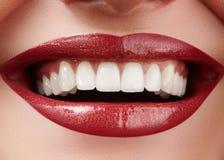 Sorriso bonito com dentes do alvejante Foto dental Close up macro da boca fêmea perfeita, rutine do lipscare imagens de stock