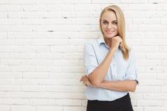 Sorriso bonito da mulher de negócios fotos de stock royalty free