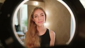 Sorriso bonito da mulher do retrato Modelo de forma profissional que olha na câmera Mulher bonita feliz Movimento lento video estoque