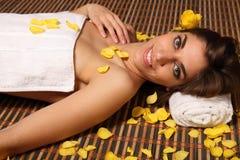 Sorriso bonito da mulher que encontra-se em termas da saúde Imagem de Stock