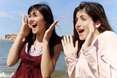 Sorriso bonito das meninas feliz na frente do mar que olha a vista foto de stock royalty free