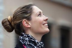 Sorriso bonito do perfil da mulher imagens de stock