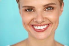 Sorriso bonito Mulher de sorriso com o retrato branco da beleza dos dentes imagens de stock royalty free