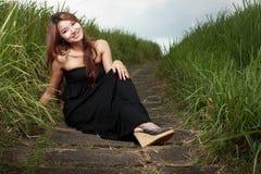 Sorriso bonito novo da mulher ao ar livre Imagens de Stock