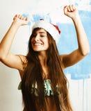 Sorriso bonito novo da mulher feliz no chapéu vermelho de Santa no ano novo, l imagem de stock