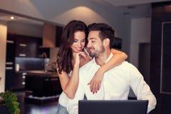 Sorriso caucasiano novo feliz dos pares em casa Fotos de Stock Royalty Free