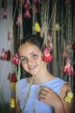 Sorriso da crian?a com as rosas no florista fotos de stock