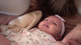 Sorriso da fam?lia na cama, onde o close-up pequeno da filha Sorrisos, abra?os, beijos, fam?lia feliz video estoque