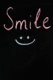 Sorriso da inscrição em um fundo escuro Fotos de Stock Royalty Free