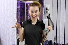 Sorriso da menina do cabeleireiro Fotos de Stock Royalty Free