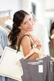 Sorriso da mulher da compra feliz Imagens de Stock