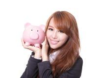 Sorriso da mulher das economias do mealheiro feliz Fotografia de Stock Royalty Free