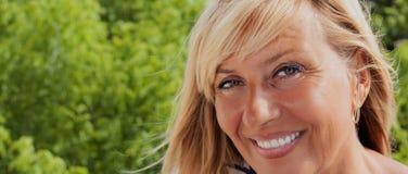 Sorriso da mulher do envelhecimento imagens de stock