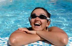 Sorriso da mulher no lado de uma piscina fotos de stock royalty free