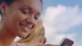 Sorriso da mulher nova Feche acima da menina feliz Emoção positiva na cara da mulher filme