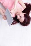 Sorriso da mulher usando o PC da tabuleta Fotos de Stock Royalty Free