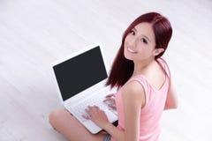 Sorriso da mulher usando o portátil Fotos de Stock Royalty Free