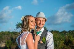 Sorriso da noiva e do noivo Fotos de Stock