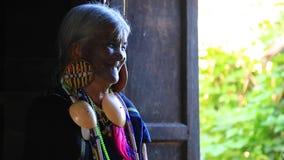 Sorriso da senhora do tribo de Daai vídeos de arquivo