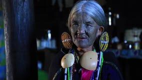 Sorriso da senhora do tribo de Daai video estoque