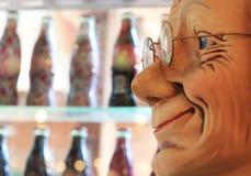 Sorriso de bonecas velhas na loja que vende bebidas Imagem de Stock