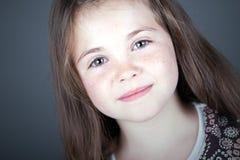 Sorriso de cabelo bonito da criança de Brown Fotografia de Stock Royalty Free