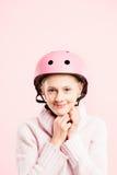 Fundo de ciclagem vestindo do rosa do retrato do capacete da mulher engraçada real Imagem de Stock