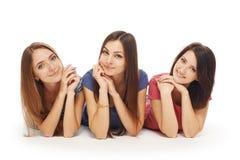 Sorriso de encontro dos amigos de meninas no assoalho Foto de Stock