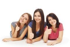 Sorriso de encontro dos amigos de meninas no assoalho Fotografia de Stock Royalty Free