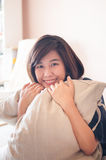 Sorriso de relaxamento da mulher asiática nova foto de stock royalty free