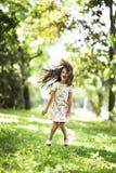 Sorriso de salto da menina bonita no parque Fotos de Stock