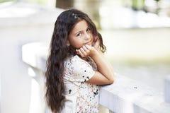 Sorriso de salto da menina bonita no parque Fotografia de Stock Royalty Free