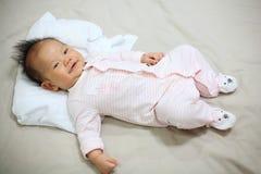 sorriso del bambino sul letto Fotografie Stock