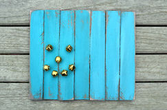 Sorriso del pupazzo di neve su legno stagionato blu Immagine Stock Libera da Diritti